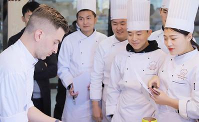 河南美味学院西点烘焙训班上课
