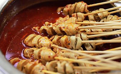 美味学院特色小吃创业班学员学习烤面筋
